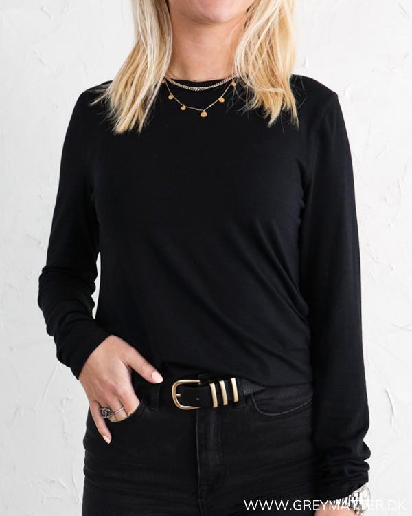 Klassisk sort bluse til damer med lange ærmer