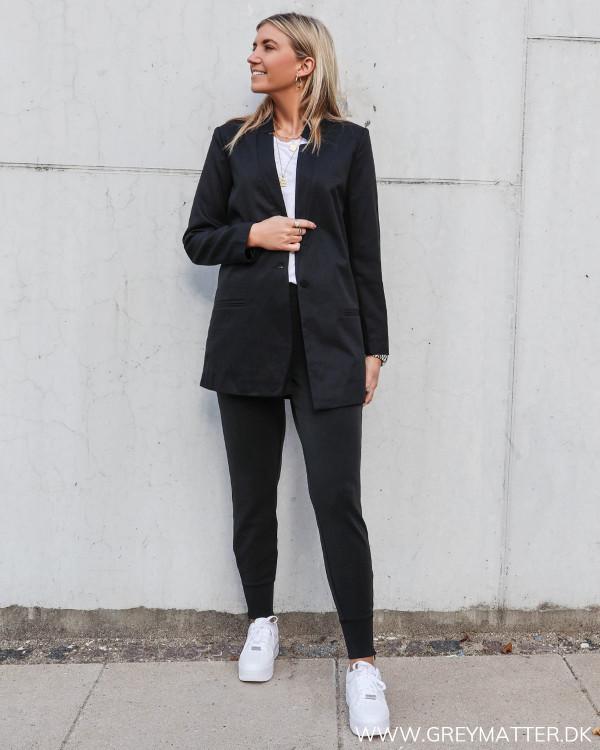 Sort suit jakke til damer stylet med sweat pants i blød kvalitet