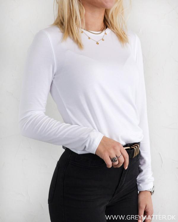 Klassisk hvid bluse med lange ærmer