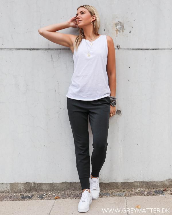 My Essential Wardrobe toppe og sweat pants stylet med hvide Nike sneaks