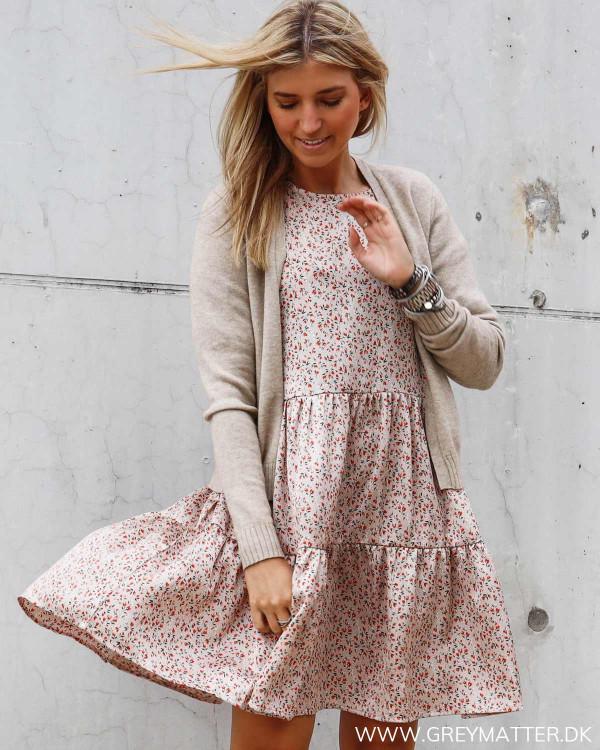 Kjole med blomsterprint fra Vila stylet med Viril cardigan