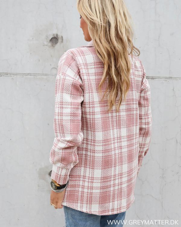 Ternet lyserød jakke
