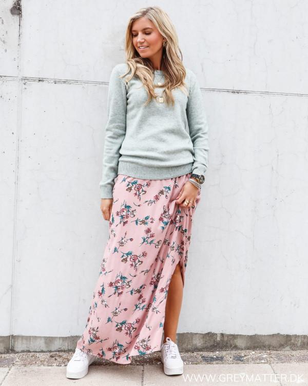 Bluse fra Vila stylet med den flotte lange nederdel