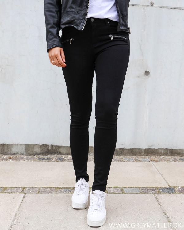Sorte bukser til damer med rå detaljer