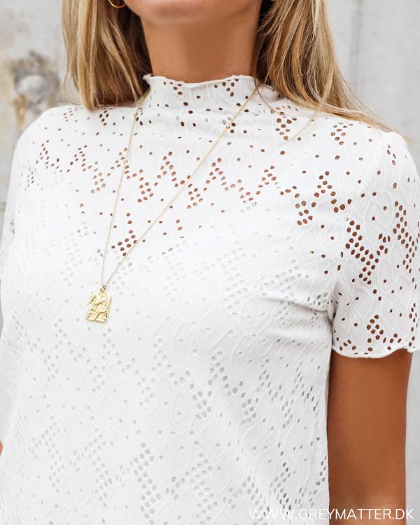 Blonde bluse i hvid med smuk hals