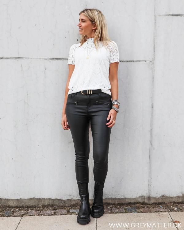 Blondebluse fra Vila stylet med rå coatede bukser til damer