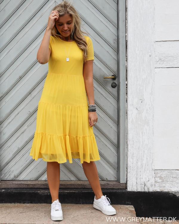Gul Vila kjole set forfra stylet med hvide sneaks