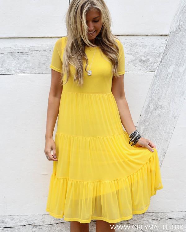 Gul kjole fra Vila set forfra