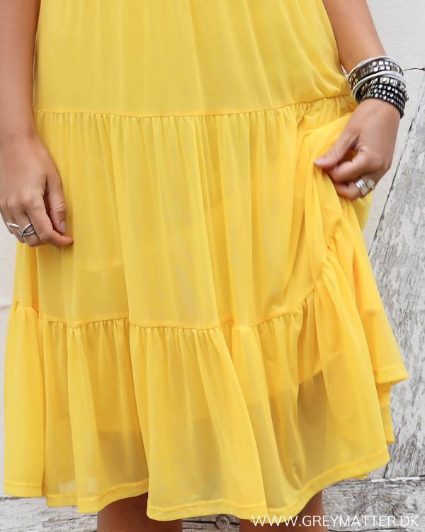 Vila vidavis gul kjole set tæt på