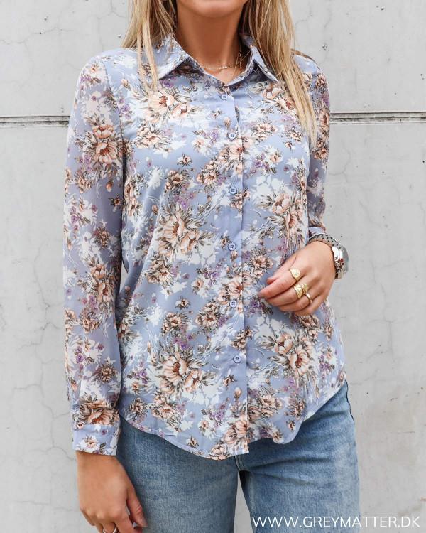 Lyseblå skjorte med blomsterprint til damer