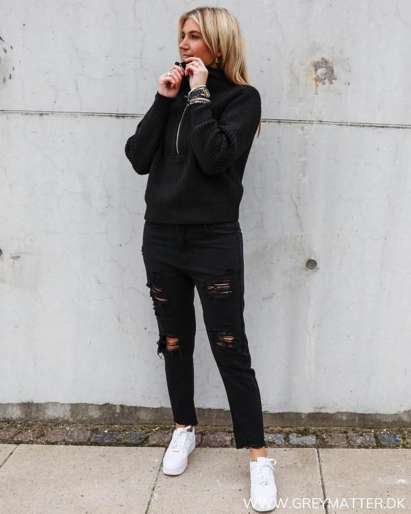 Sorte bukser med huller stylet med sort trøje fra YAS
