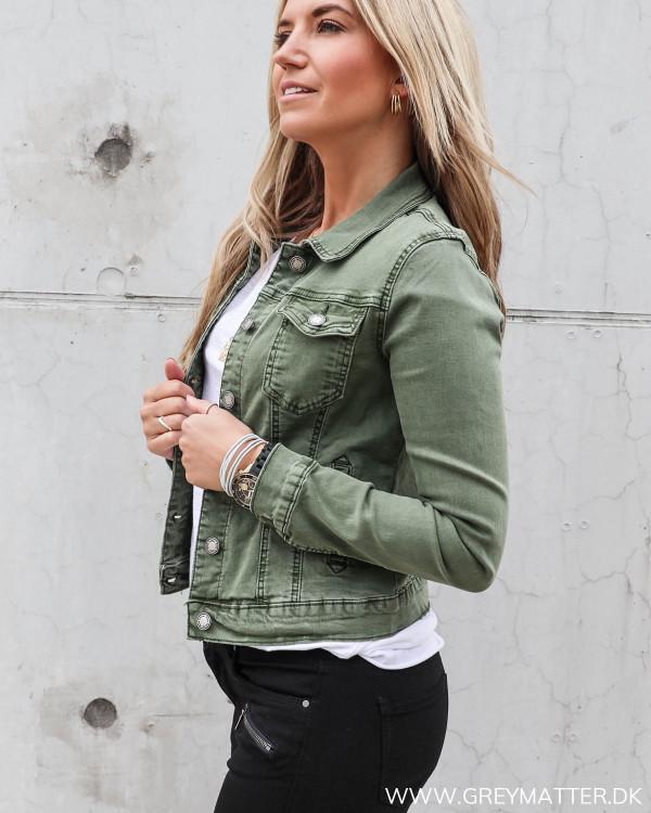 Denim jakke i grøn set fra siden