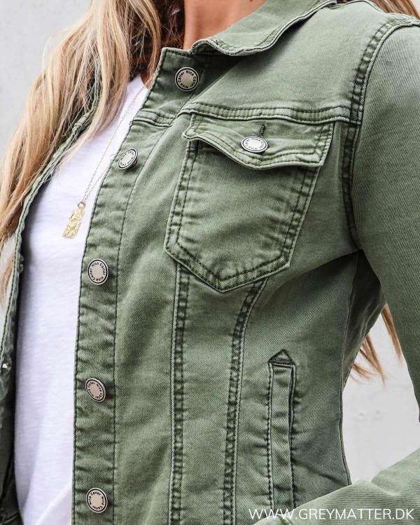 Kort grøn jakke der kan styles med kjoler
