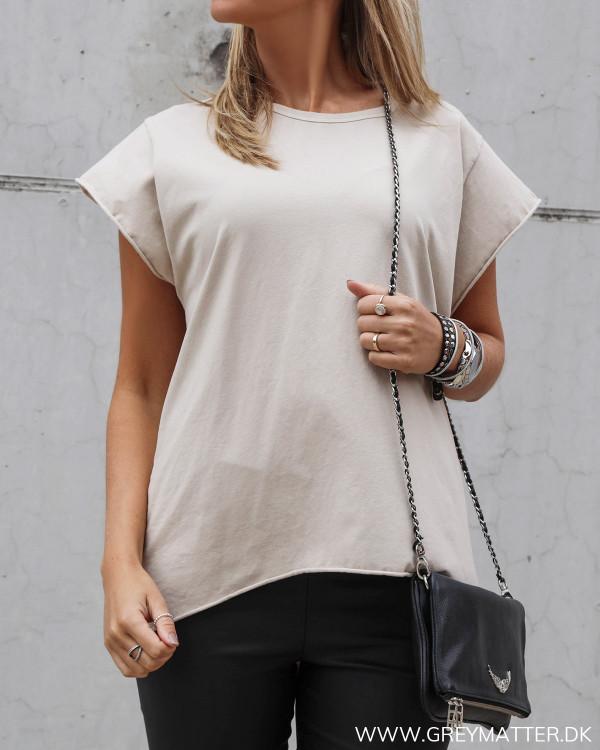 Basis t-shirt i smuk beigefarve
