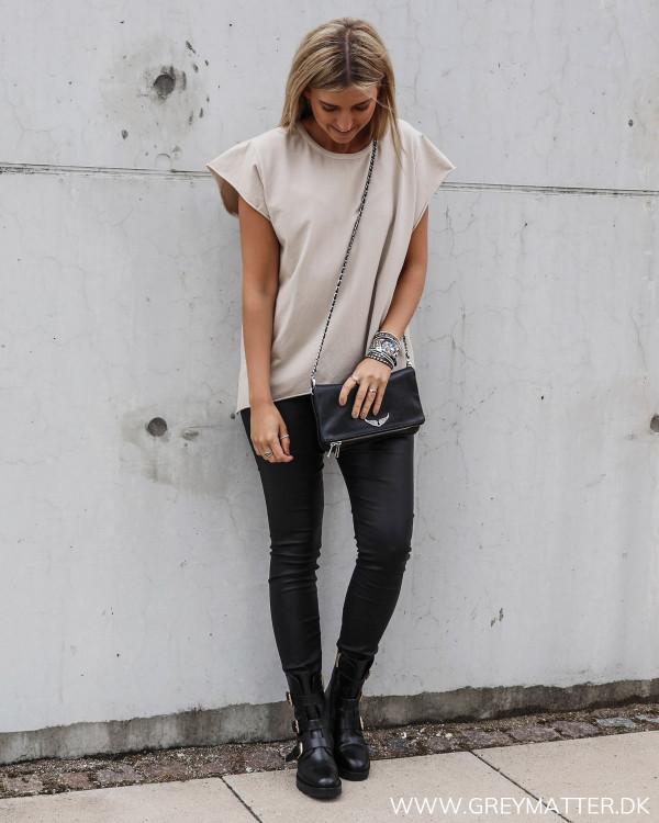 T-shirt i beige til damer, stylet med rå sorte leggings fra Vila