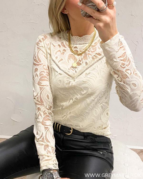 Vistasia blondebluse fra Vila med smuk hals