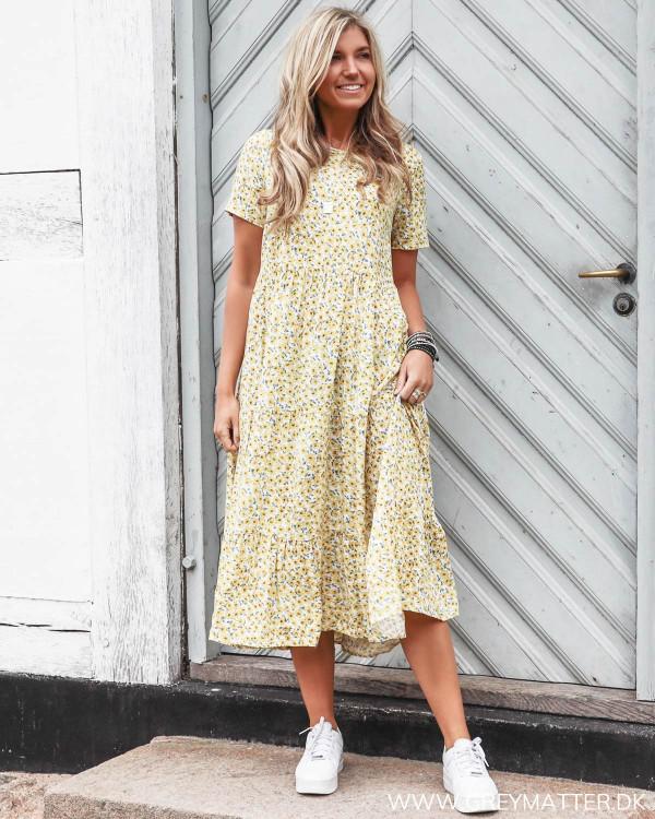 Pieces kjole med gult print fra Grey Matter Fashion