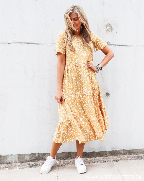 Pieces kjole med blomsterprint og hvide Nike sneaks