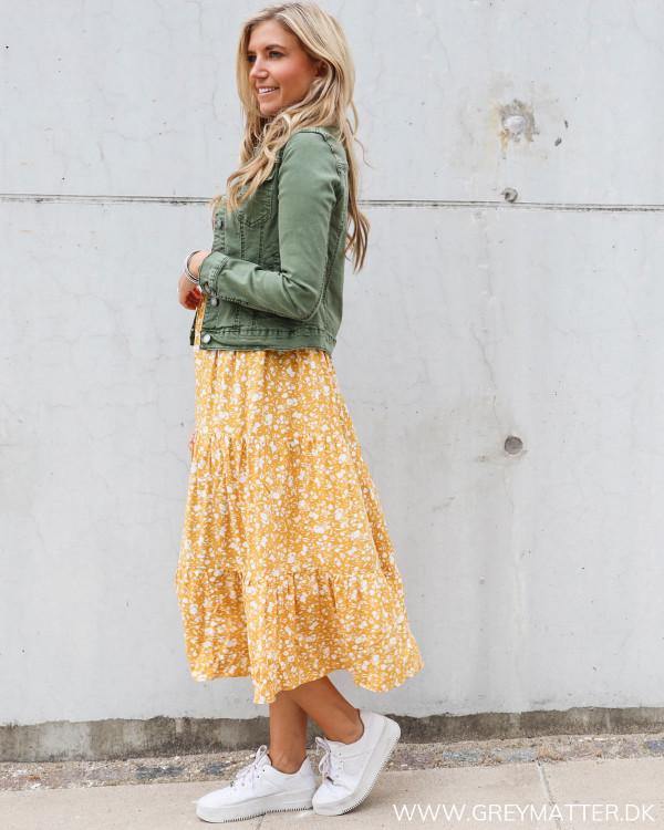Pieces kjole stylet afslappet med sporty sko og denim jakke i grøn