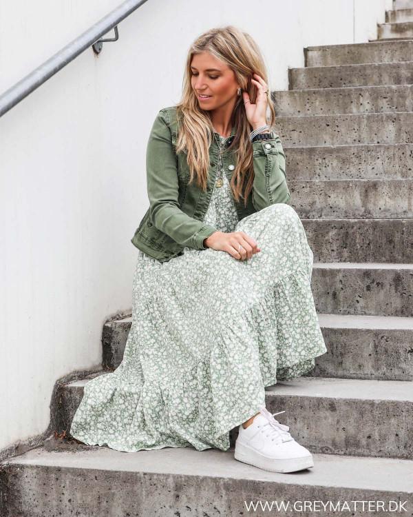 Kjole fra Pieces stylet med grøn Lulu jakke