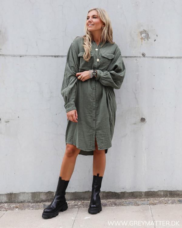 Apair støvler stylet med Neo Noir kjole