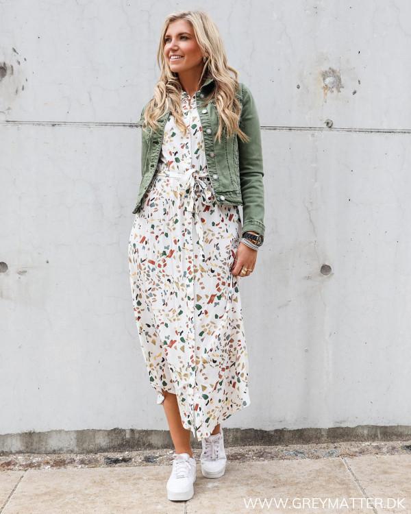 Pieces kjole med print og bindebånd, stylet med lulu jakke fra Grey Matter Fashion