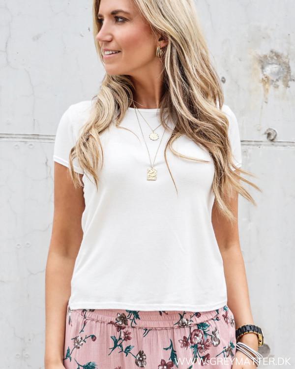 Basis t-shirt til damer i off white