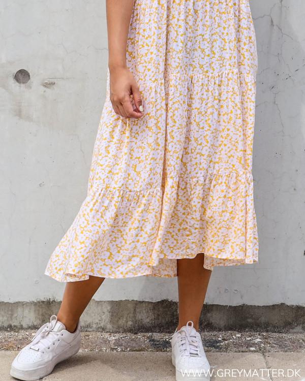 Pieces kjole med blomsterprint i gul