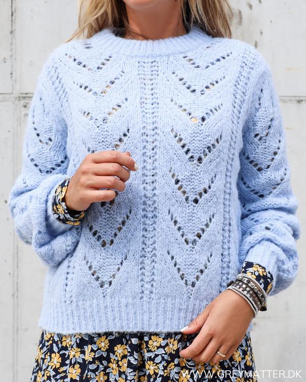 Pieces bluse med o-neck set forfra i lyseblå