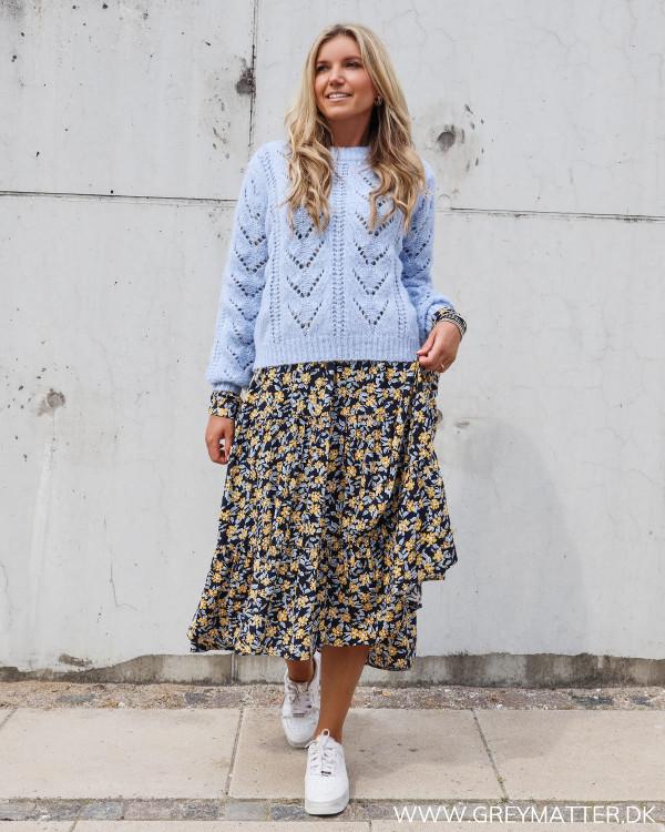 Pieces lyseblå strikbluse stylet med Pieces kjole med print